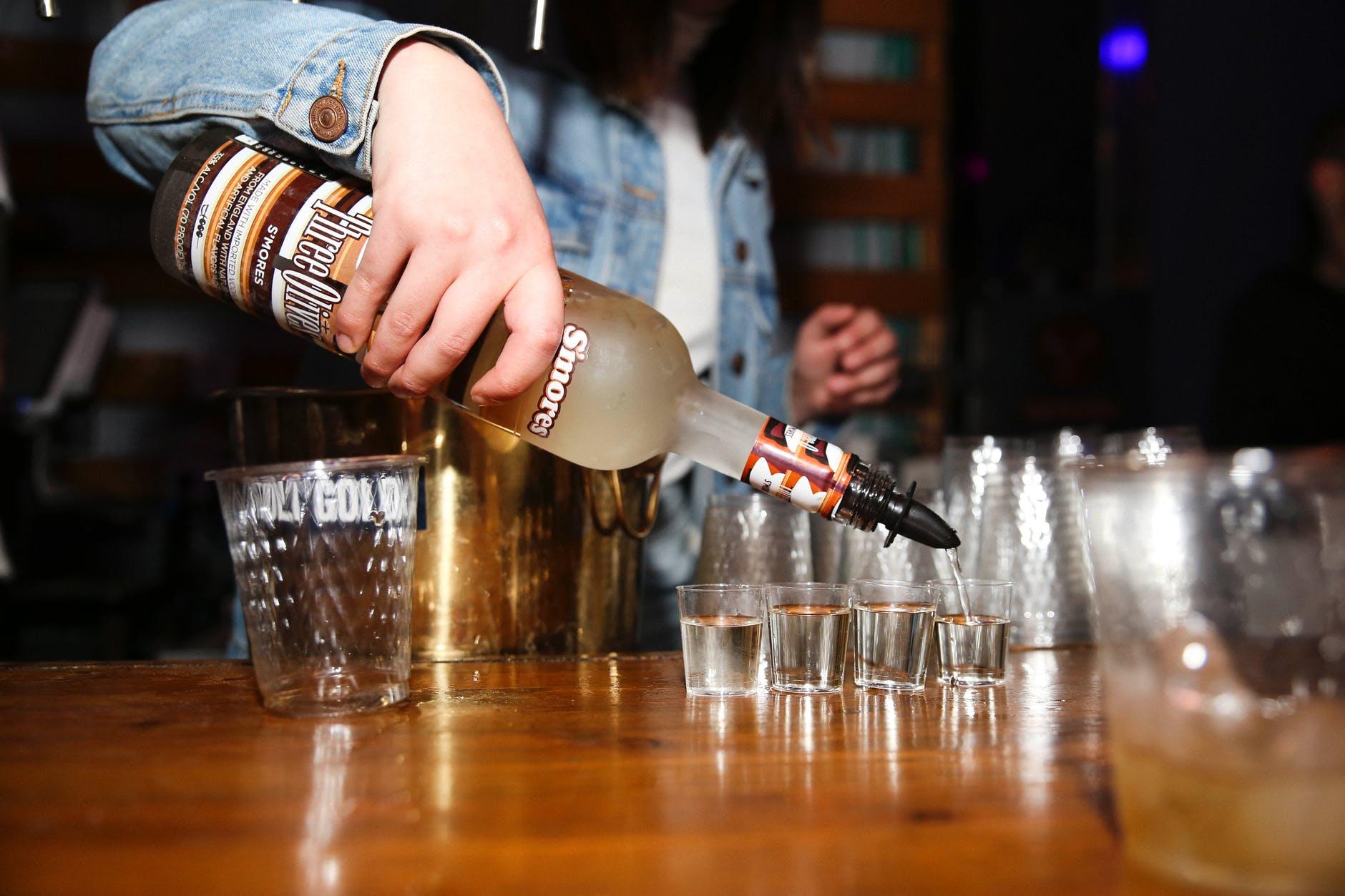 Nalívání alkoholu