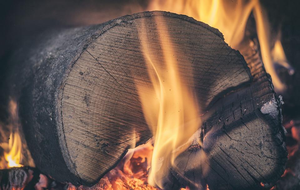 dřevo v krbu