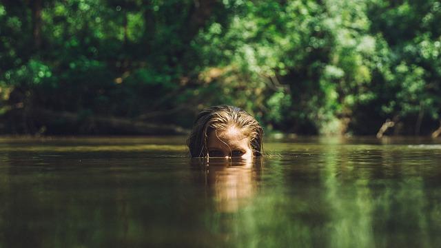 Dívka vynořující se z jezera