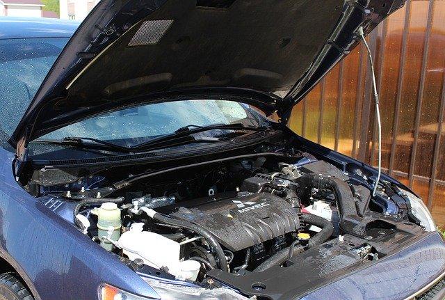 Baterie bývá nejčastěji umístěna v motorovém prostoru