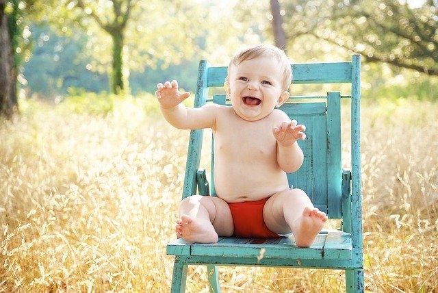 dítě na dřevěné židli